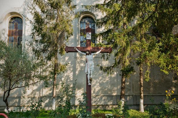 cruce-langa-biserica-romano-catolica-din-sacueni-judetul-bihor.jpg