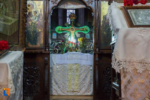 cruce-si-alte-obiecte-ritualice-din-biserica-nasterea-maicii-domnului-din-zarnesti-judetul-brasov.jpg