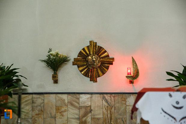 cruce-si-flori-aflate-in-biserica-sf-anton-din-ramnicu-valcea-judetul-valcea.jpg