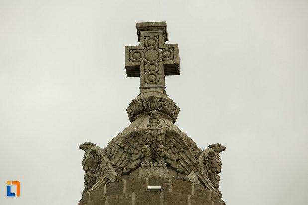 cruce-si-vulturi-de-la-mausoleul-eroilor-din-1916-1919-de-la-marasesti-judetul-vrancea.jpg