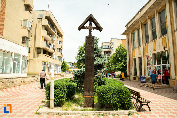 crucea-de-la-cimitirul-vesel-din-sapanta-din-ramnicu-sarat-judetul-buzau.jpg