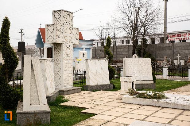 crucea-de-la-mormantul-lui-vasile-goldis-si-al-elenei-goldis-din-arad-judetul-arad.jpg