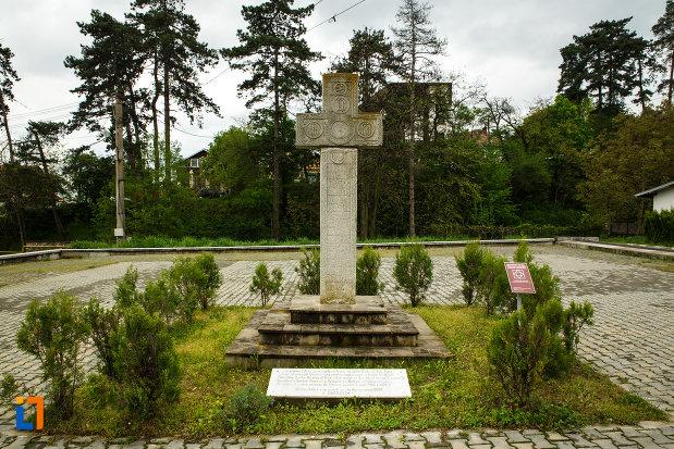 crucea-de-piatra-de-la-arhiepiscopia-ramnicului-din-ramnicu-valcea-judetul-valcea.jpg