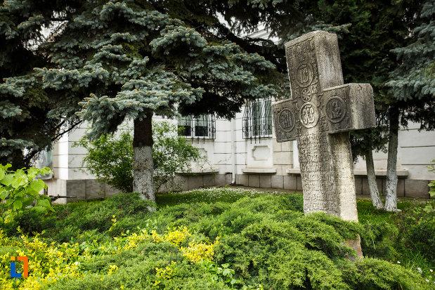 crucea-de-piatra-din-ramnicu-valcea-judetul-valcea-vazuta-din-lateral.jpg