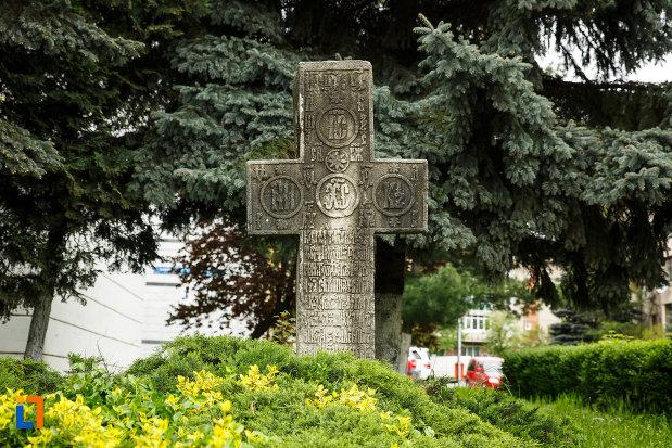 crucea-de-piatra-din-ramnicu-valcea-judetul-valcea.jpg