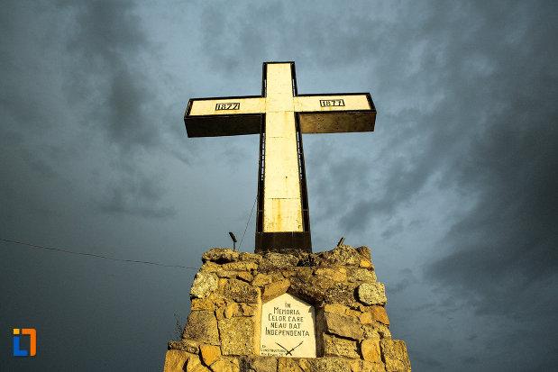 crucea-eroilor-independentei-din-corabia-judetul-olt-vazuta-de-jos.jpg