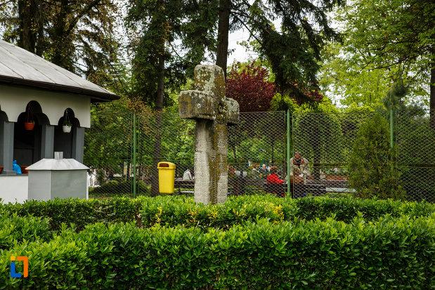 crucea-miseilor-1735-din-ramnicu-valcea-judetul-valcea-vazuta-din-lateral.jpg