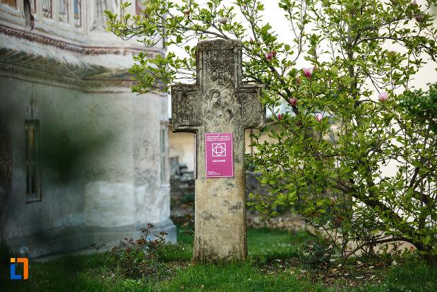 crucea-sculptata-de-la-biserica-veche-intrarea-in-biserica-din-horezu-judetul-valcea.jpg