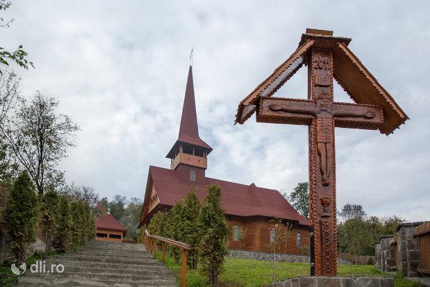 crucea-si-biserica-greco-catolica-din-botiza-judetul-maramures.jpg