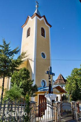crucea-si-turnul-de-la-biserica-romano-catolica-din-negresti-oas-judetul-satu-mare.jpg