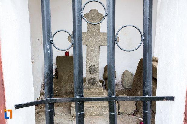 crucea-troita-de-pe-str-moroianu-din-sacele-judetul-brasov.jpg