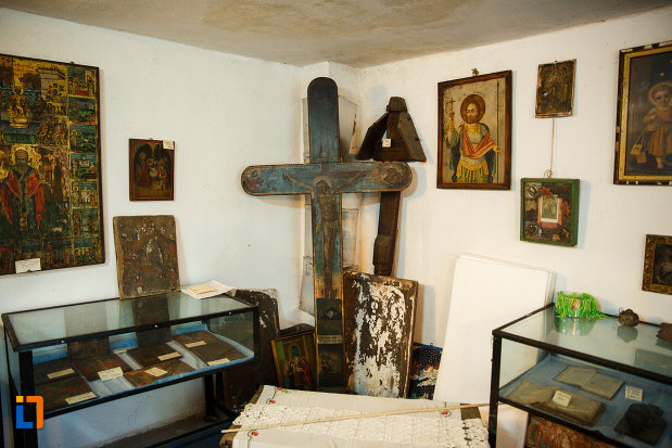 cruci-si-icoane-expuse-la-biserica-muzeu-sf-ilie-biserica-noua-din-dragasani.jpg