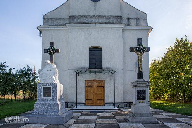 cruci-si-intrarea-in-biserica-greco-catolica-acoperamantul-maicii-domnului-din-livada-satu-mare.jpg