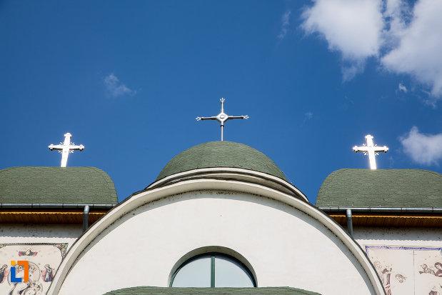 crucile-de-pe-catedrala-sf-imparati-constantin-si-elena-din-urziceni-judetul-ialomita.jpg