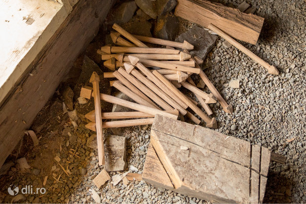 cuie-de-lemn-de-la-biserica-de-lemn-cuvioasa-paraschiva-din-botiza-judetul-maramures.jpg