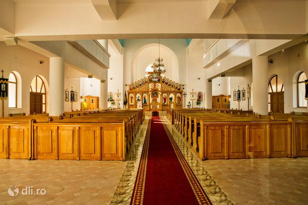 culoar-catre-altar-in-biserica-sf-dumitru-din-tarsolt-judetul-satu-mare.jpg