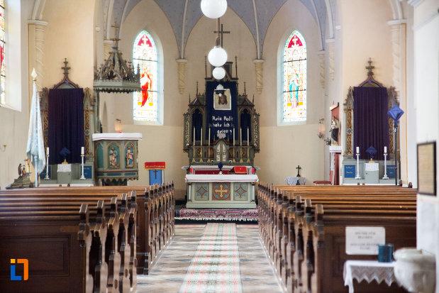 culoar-cu-banci-biserica-romano-catolica-din-anina-judetul-caras-severin.jpg