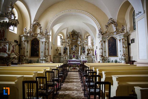 culoar-cu-banci-de-la-manastirea-si-biserica-franciscana-din-deva-judetul-hunedoara.jpg