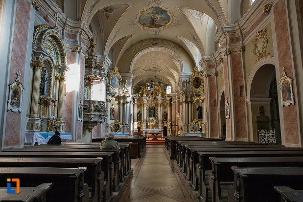 culoar-cu-banci-din-biserica-franciscana-din-cluj-napoca-judetul-cluj.jpg
