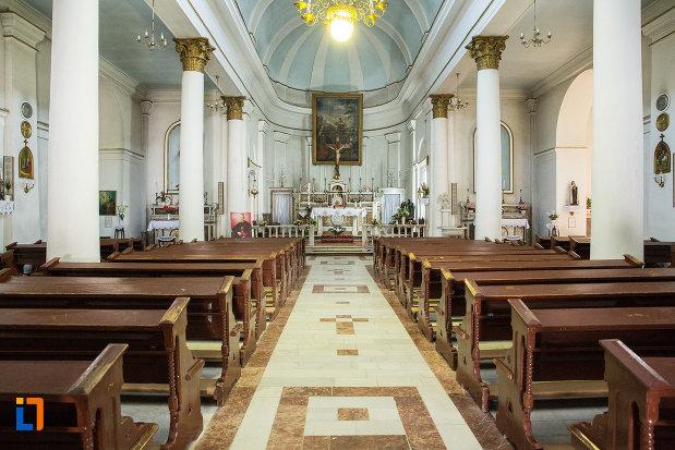 culoar-cu-banci-din-biserica-romano-catolica-din-galati-judetul-galati.jpg