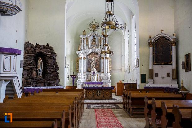 culoar-cu-banci-din-biserica-romano-catolica-sf-bartolomeu-din-sebes-judetul-alba.jpg