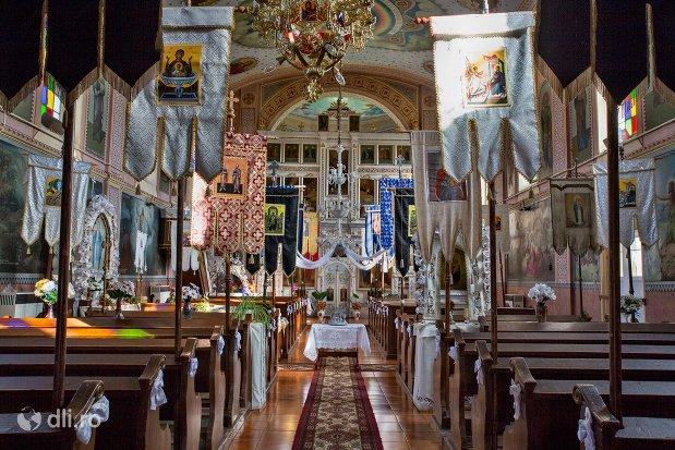 culoar-cu-banci-in-biserica-ortodoxa-din-piscolt-judetul-satu-mare.jpg