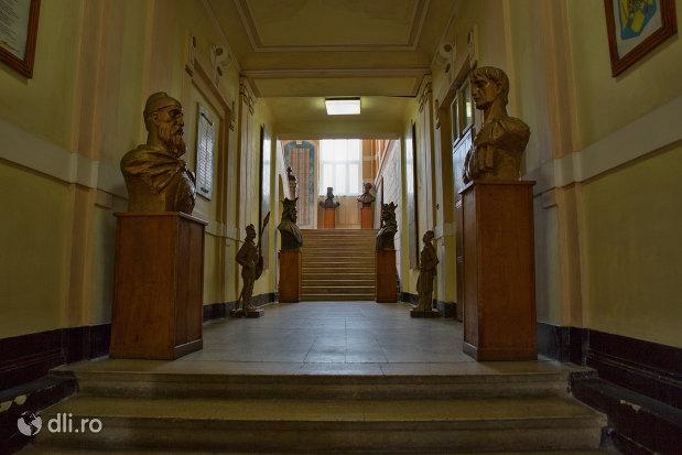 culoar-cu-statui-muzeul-militar-din-oradea-judetul-bihor.jpg