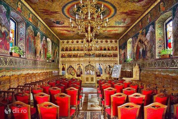 culoar-din-biserica-ortodoxa-sf-treime-din-oradea-judetul-bihor.jpg