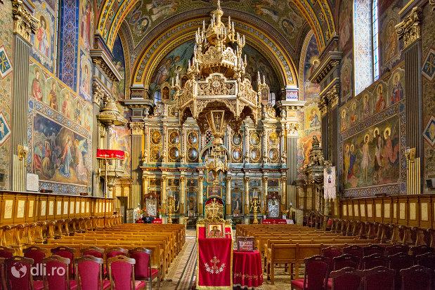 culoar-din-catedrala-ortodoxa-adormirea-maicii-domnului-biserica-cu-luna-din-oradea-judetul-bihor.jpg