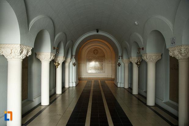 culoar-din-muzeul-luptelor-mausoleul-eroilor-din-1916-1919-de-la-marasesti-judetul-vrancea.jpg