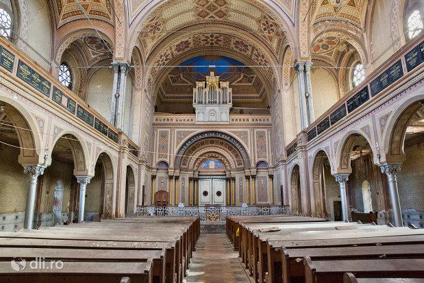culoar-din-sinagoga-bd-independentei-din-oradea.jpg