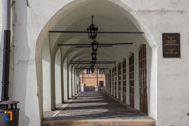 culoar-exterior-de-la-muzeul-de-etnografie-si-arta-populara-saseasca-din-sibiu-judetul-sibiu.jpg