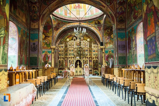 culoar-interior-biserica-sf-nicolae-din-buzau-judetul-buzau.jpg