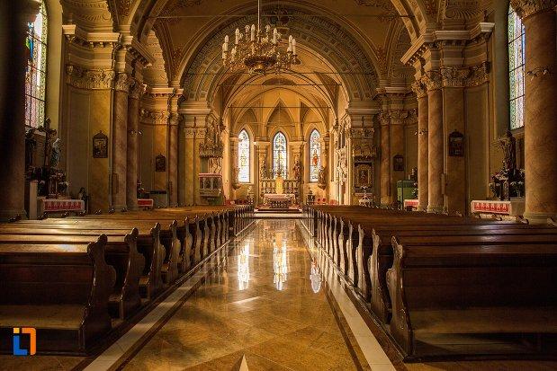 culoar-interior-din-biserica-romano-catolica-din-brasov-judetul-brasov.jpg