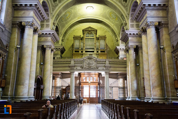 culoar-si-banci-catedrala-romano-catolica-din-arad-judetul-arad.jpg