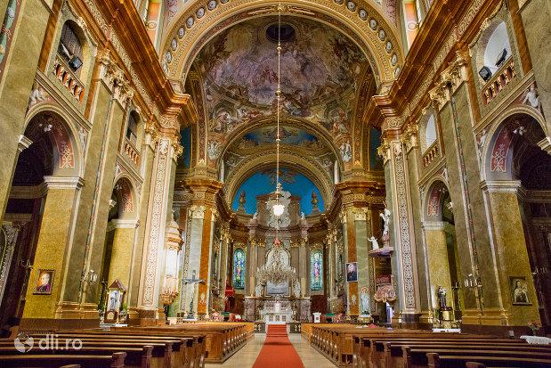 culoar-si-banci-din-bazilica-romano-catolica-din-oradea-judetul-bihor.jpg