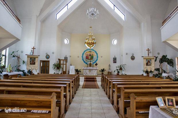 culoar-spre-altar-in-biserica-greco-catolica-din-vama-judetul-satu-mare.jpg