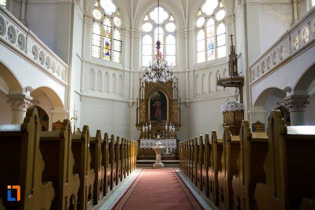 culoar-spre-altarul-din-biserica-evanghelica-din-1906-din-arad-judetul-arad.jpg