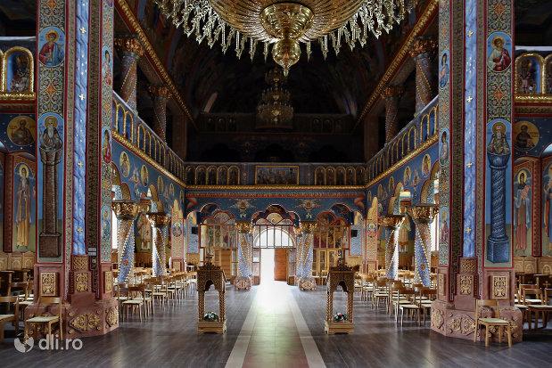 culoar-spre-iesirea-din-biserica-sfantul-dimitri-izvoratorul-din-carei-judetul-satu-mare.jpg