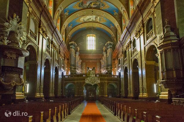 culoarul-central-din-bazilica-romano-catolica-din-oradea-judetul-bihor.jpg