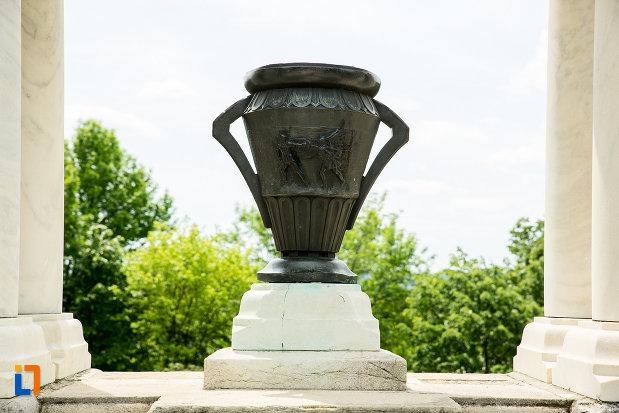 cupa-de-la-monumentul-eroilor-din-primul-razboi-mondial-din-drobeta-turnu-severin-judetul-mehedinti.jpg