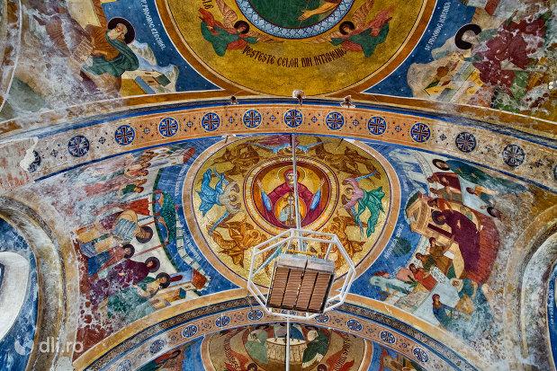 cupola-bisericii-din-cimitirul-vesel-din-sapanta-judetul-maramures.jpg