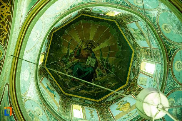 cupola-cu-pictura-si-vitralii-biserica-sf-nicolae-din-slatina-judetul-olt.jpg