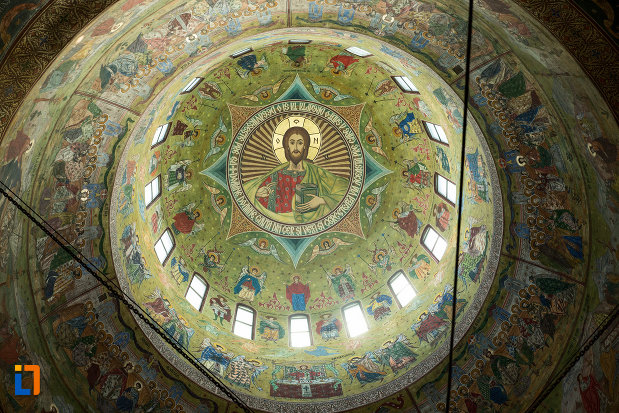 cupola-cu-vitralii-catedrala-ortodoxa-sf-gheorghe-din-tecuci-judetul-galati.jpg