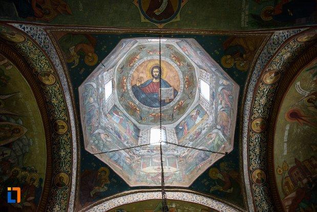 cupola-din-biserica-adormirea-maicii-domnului-mavrodolu-din-pitesti-judetul-arges.jpg
