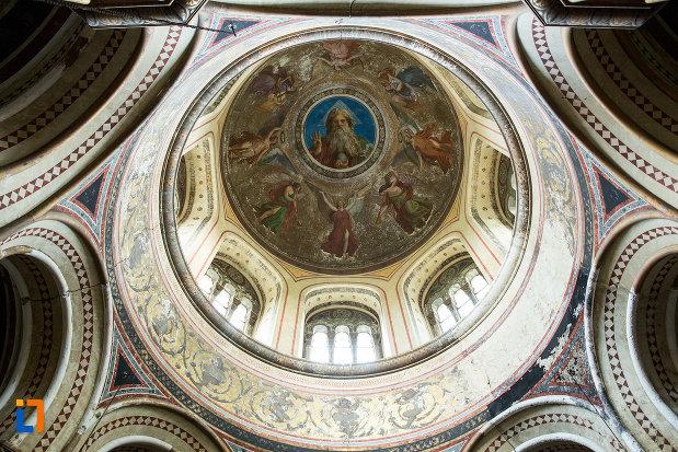 cupola-din-mausoleul-familiei-filisanu-din-filiasi-judetul-dolj.jpg