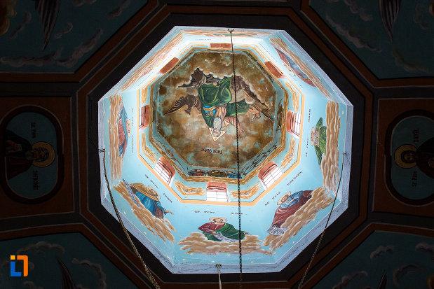 cupola-iluminata-biserica-sf-voievozi-din-pucioasa-judetul-dambovita.jpg