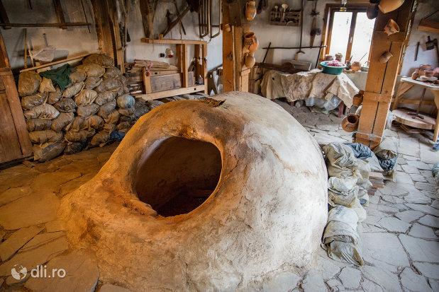 cuptor-de-500-de-ani-ceramica-sacel-judetul-maramures.jpg