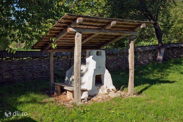 cuptor-exterior-muzeul-satului-osenesc-din-negresti-oas-judetul-satu-mare.jpg