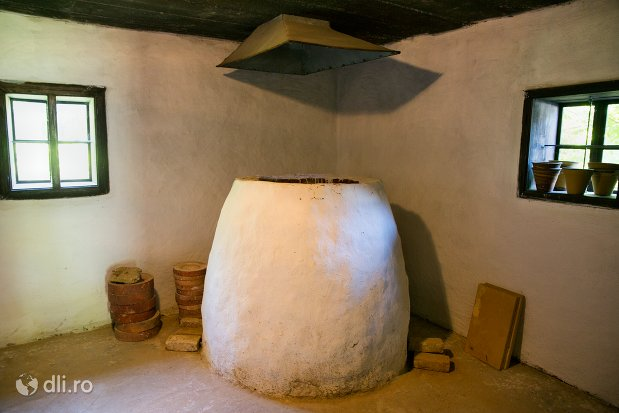cuptor-pt-vase-de-lut-muzeul-satului-osenesc-din-negresti-oas-judetul-satu-mare.jpg